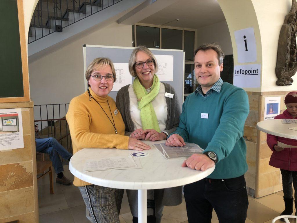 Frau Misera, Frau Schmidtke und Herr von Moritz empfangen die Gäste in der Eingangshalle